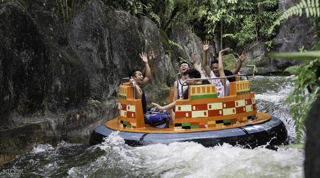 和朋友們一起享受水上活動的刺激與沁涼感!