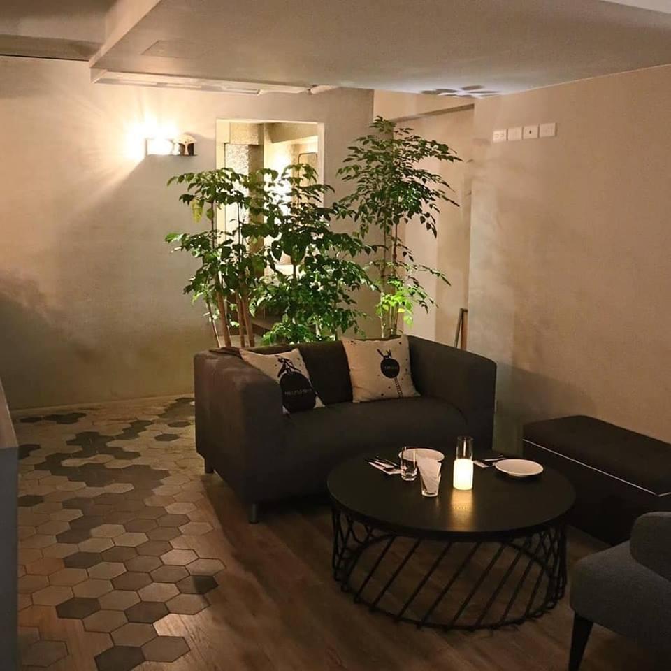 讓人超放鬆的大沙發,彷彿遊走在自己的星球一樣舒適|PC:B612餐酒館臉書官網