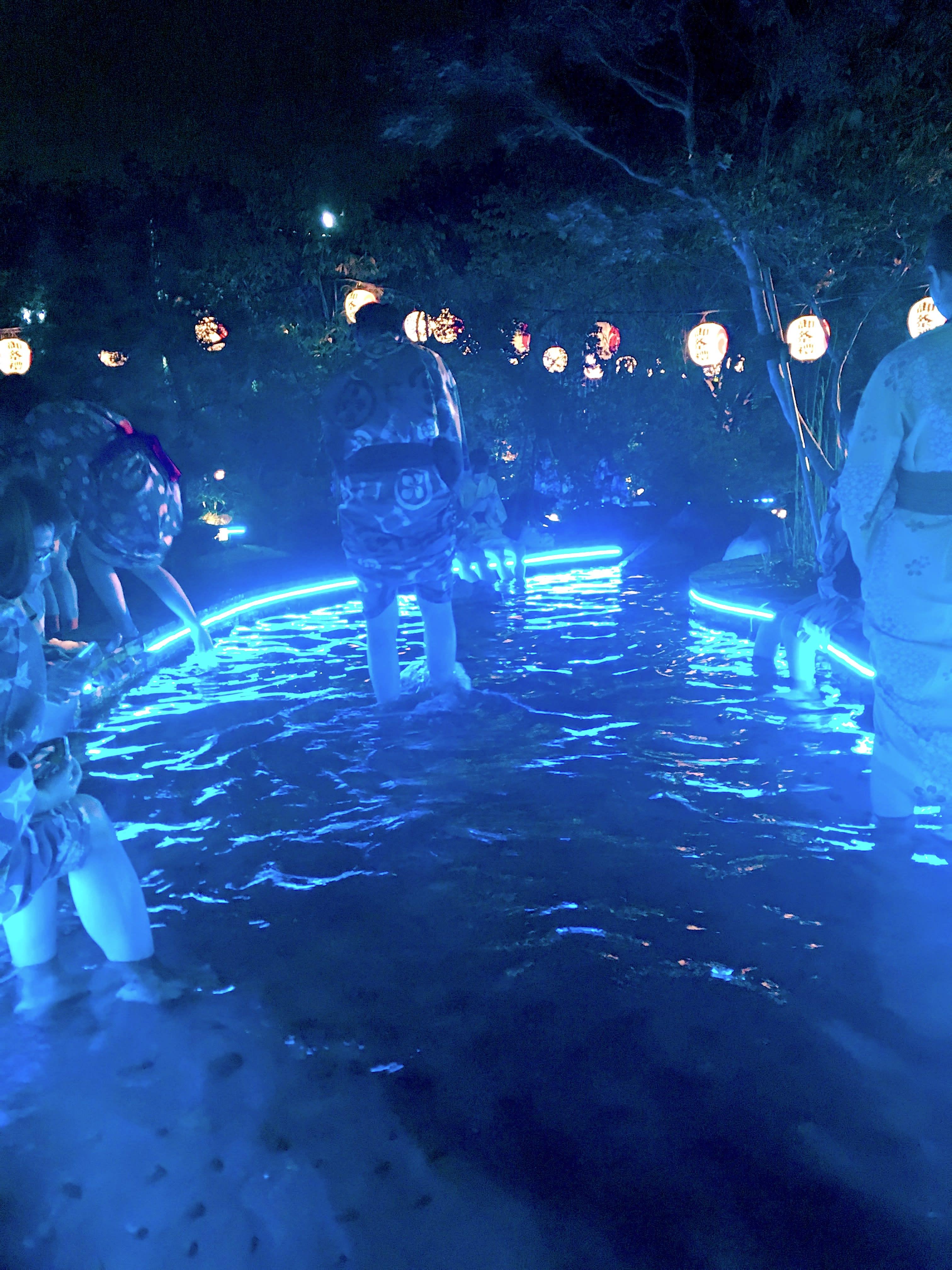 夜晚的足湯區域真的很有一種迷幻感!(圖片取自valepra0330)