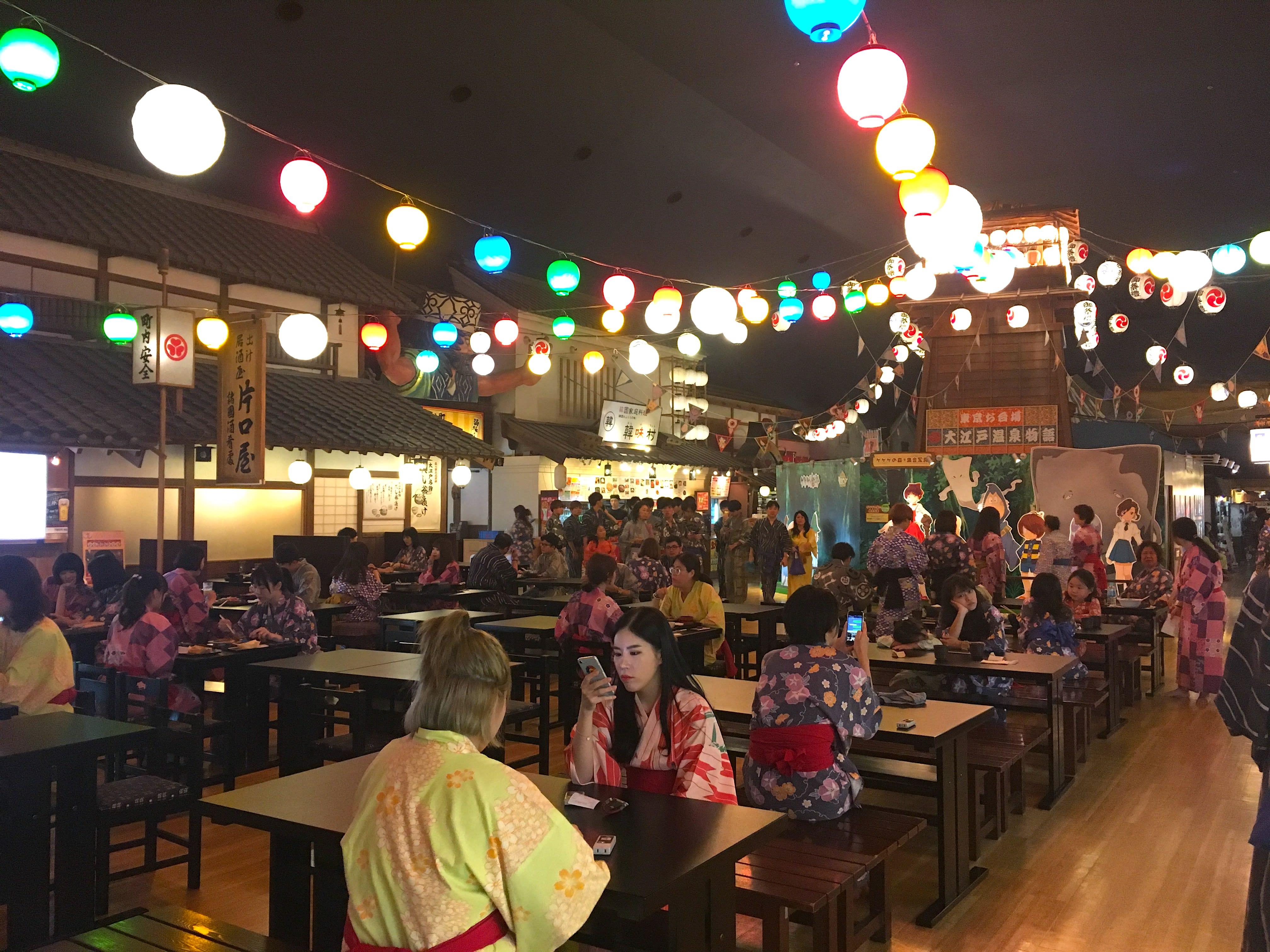 中間廣場上面高掛燈籠,兩旁都是美食店舖。(圖片取自valepra0330)