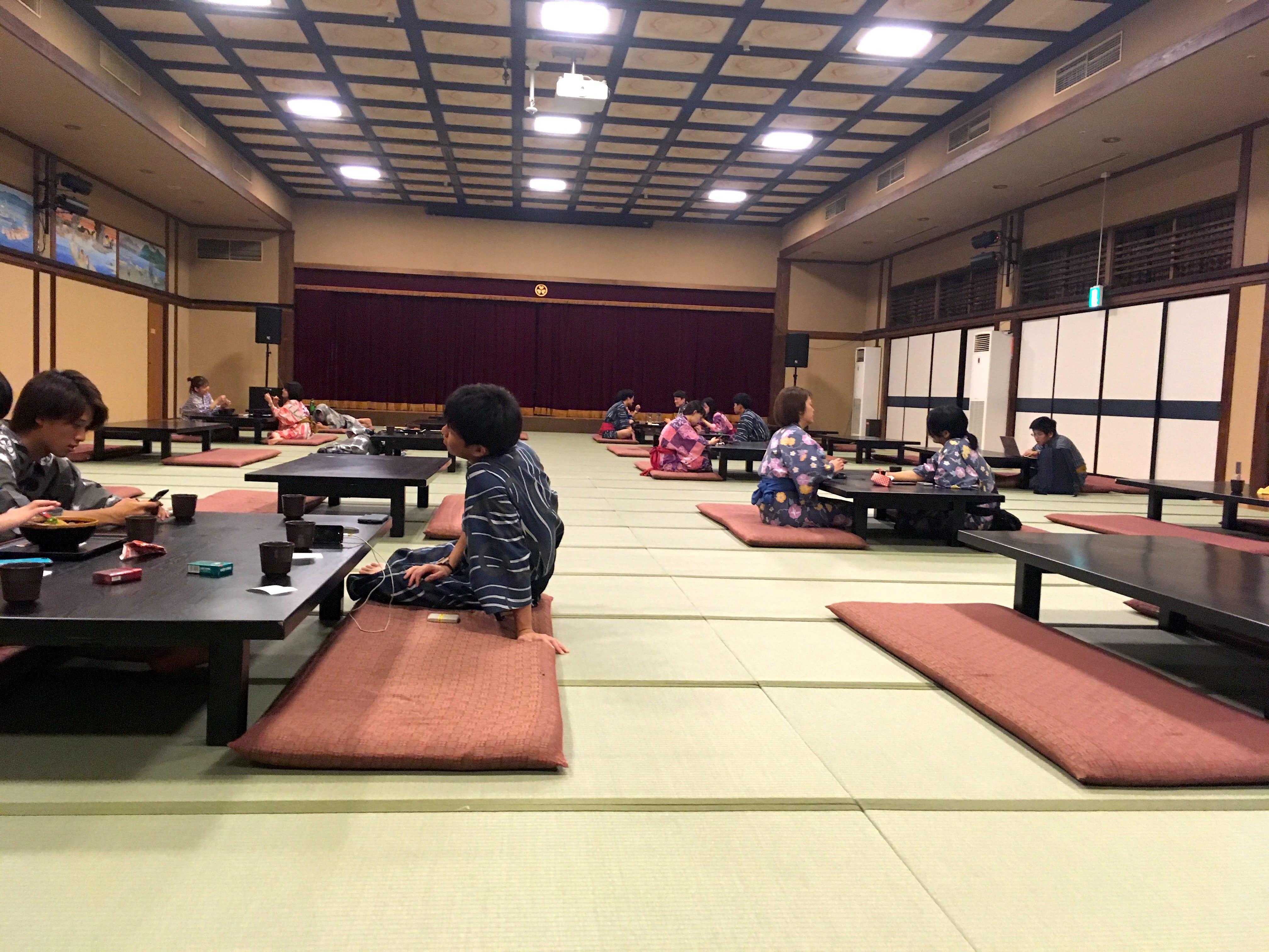 在褟褟米上面用餐,感受道地的日本生活。(圖片取自valepra0330)
