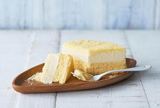金黃起司蛋糕在盤上