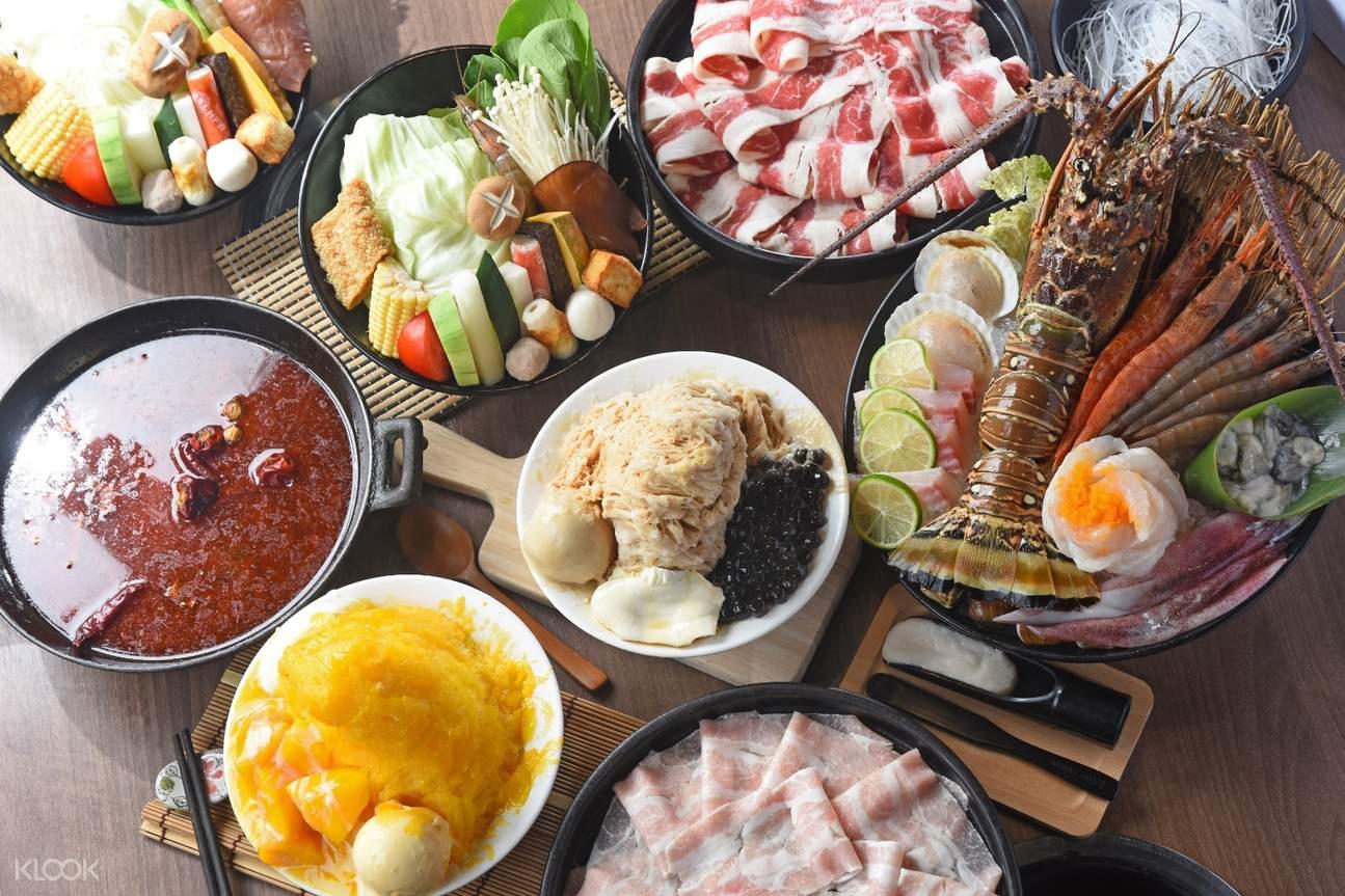 海鮮火鍋食材擺在桌上