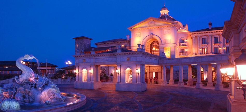 東京迪士尼海洋觀海景大飯店,夜晚也很美呢!圖片來源:東京迪士尼官網