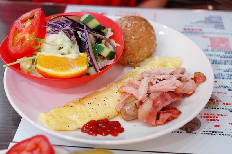 台 灣 的 傳 統 西 式 早 午 餐 搭 配,沙 拉、蛋、培 根、麵 包,有 些 還 會 額 外 搭 配 濃 湯。