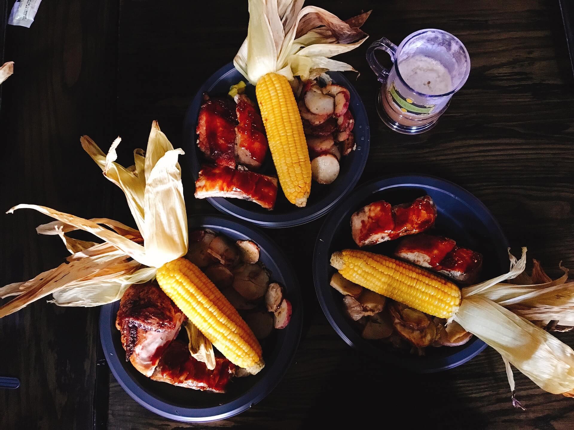 【三根掃帚】英國傳統風味食物「グレート・フィースト」大盛宴拼盤,烤雞、肋排、玉米、田園沙拉、綜合蔬菜等。