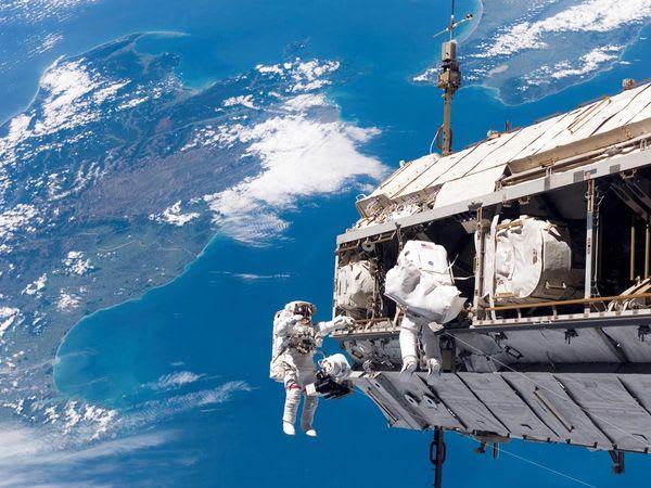 在 太 空 站 中 行 走 一 般 都 是 飄 著 走 , 而 且 是 趴 著 飄 著 走 , 這 樣 才 不 會 上 下 撞 到 頭 。