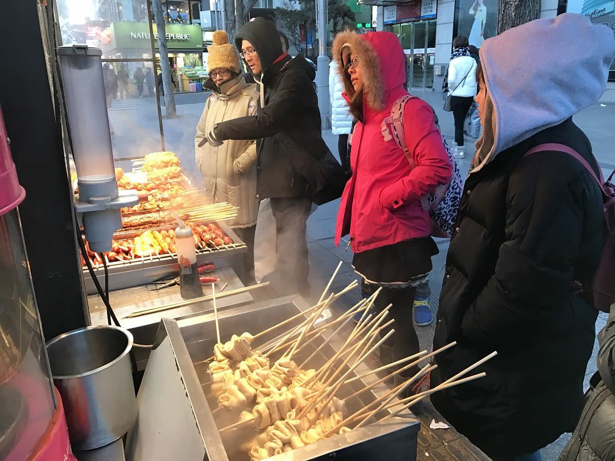 韓國超道地路邊攤!必吃用長竹籤串著的魚板,用紙杯喝高湯~超享受
