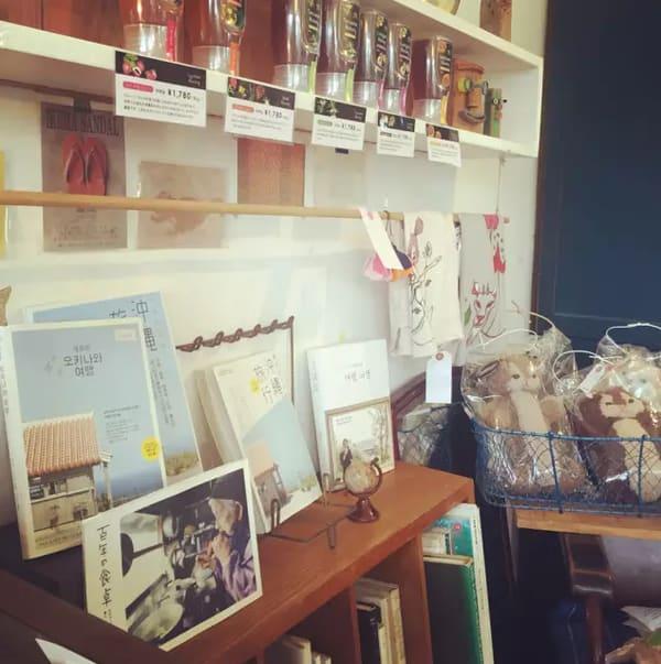 沖繩特色咖啡店 這 邊 也 販 售 各 種 雜 貨 和 書 籍 。