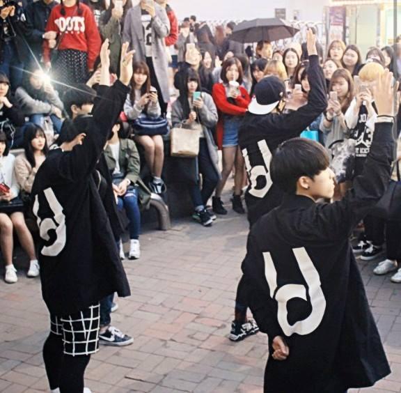 像「舞團dob」就是從弘大街頭紅到國際,粉絲人數可不比韓星少阿。(來源-https://www.facebook.com/Dob-%EB%94%94%EC%98%A4%EB%B9%84-1592292751002345/)