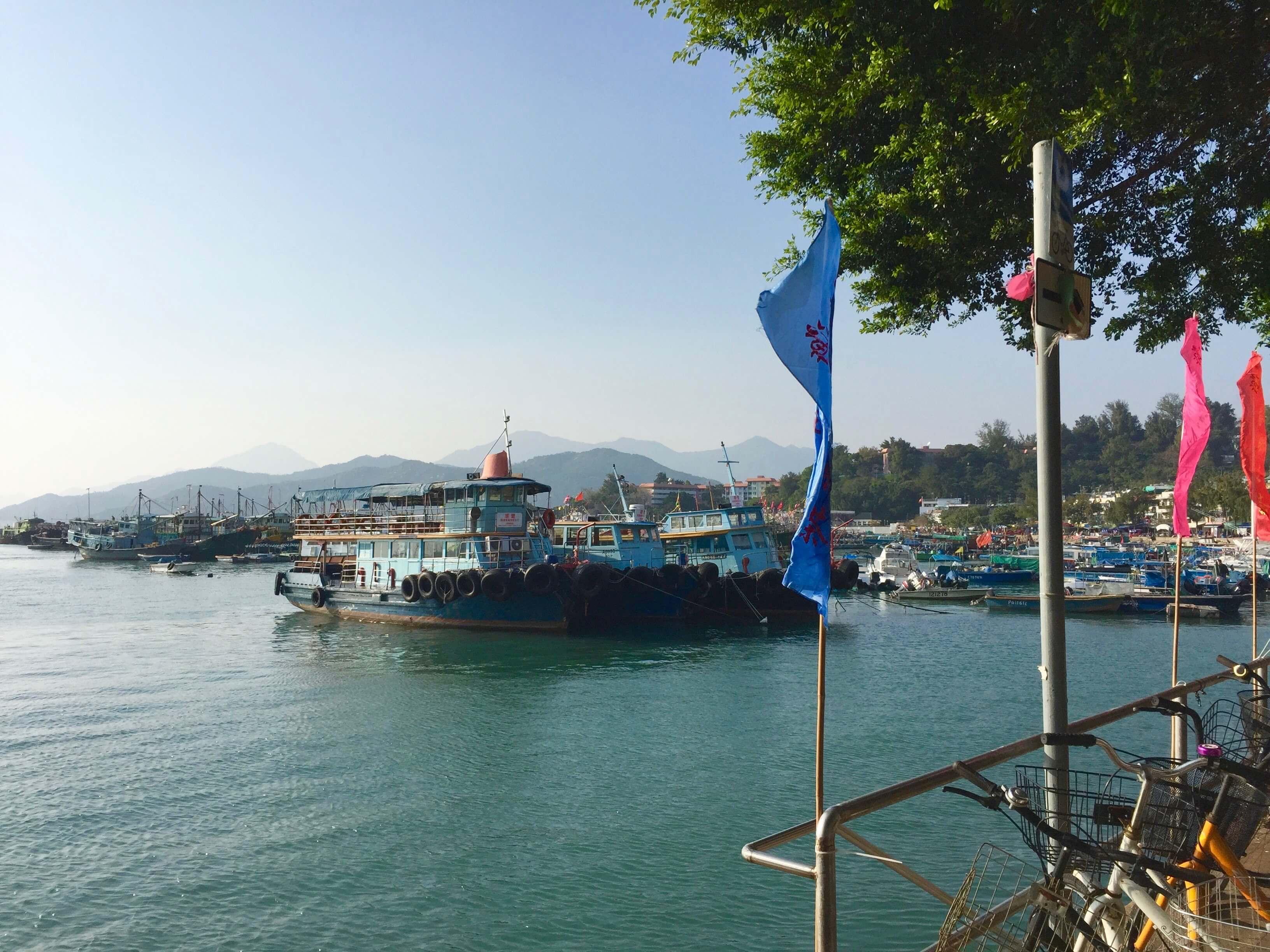 靜 謐 的 港 口 , 停 泊 著 休 息 的 漁 船 , 曬 好 魚 網 , 再 次 出 發 !