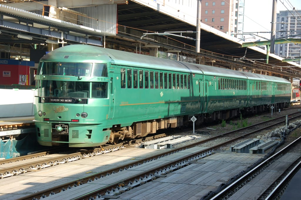 由 布 院 之 森 列 車 。