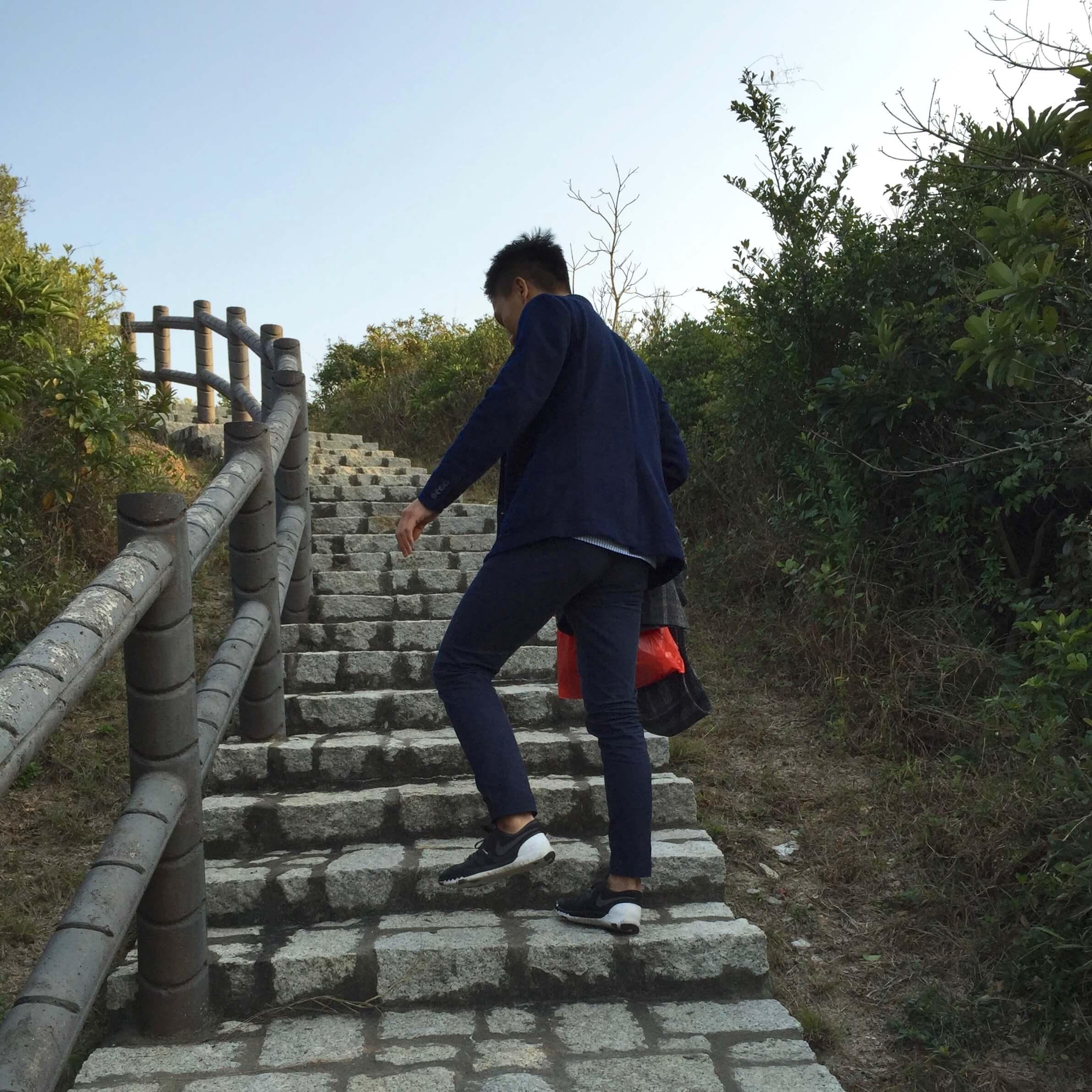 一 步 一 步 登 上 階 梯 , 準 備 迎 接 一 覽 無 遺 的 長 洲