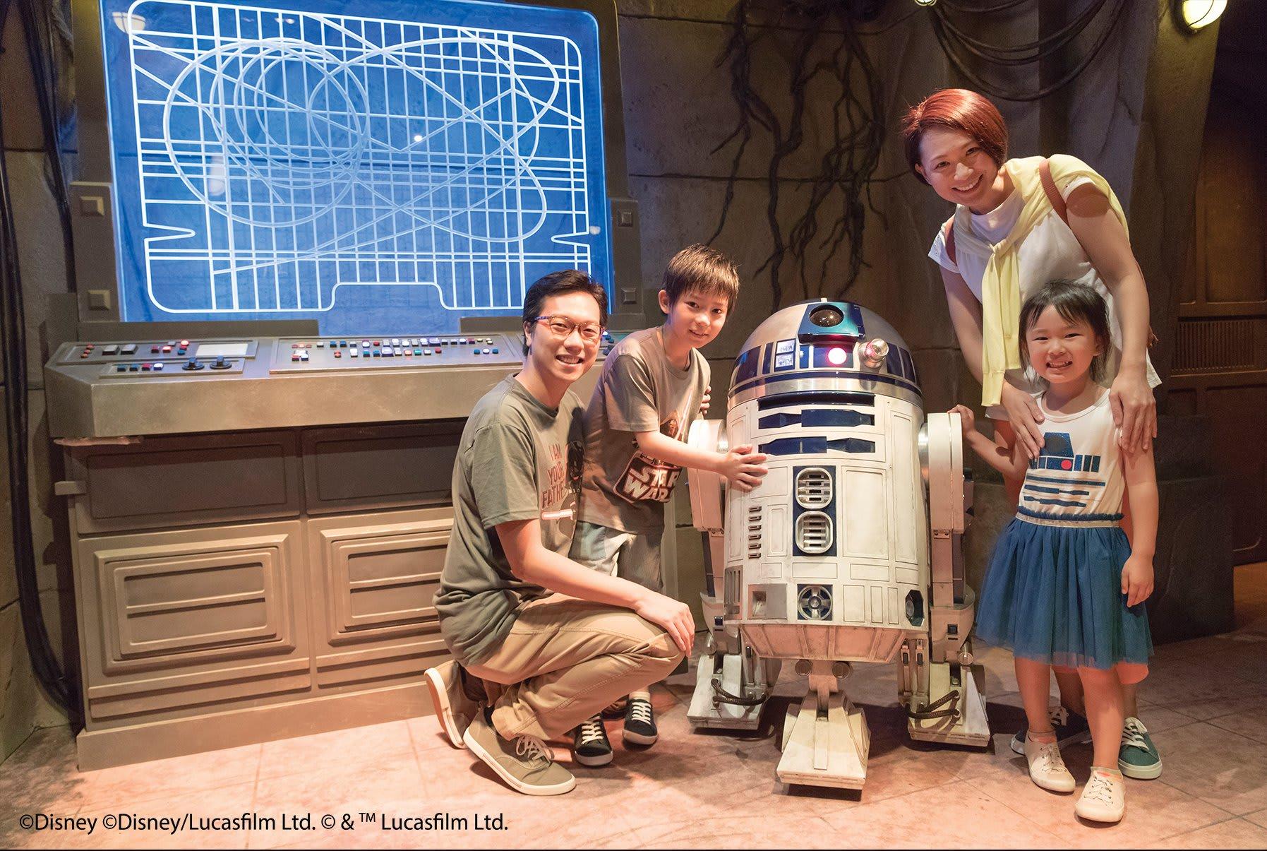 ( 和 可 愛 的 機 器 人 R2 – D2 來一 段 搞 笑 的 對 話 )