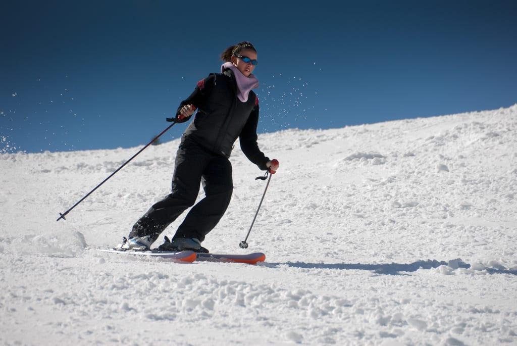 Ski 比 雪 板 的 難 易 度 低 ,不 仿 先 從 S k i 嘗 試 起 。