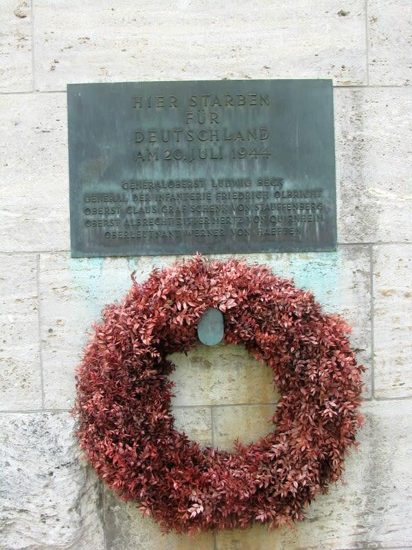 德 國 抵 抗 運 動 紀 念 館 中 的 紀 念 碑 。