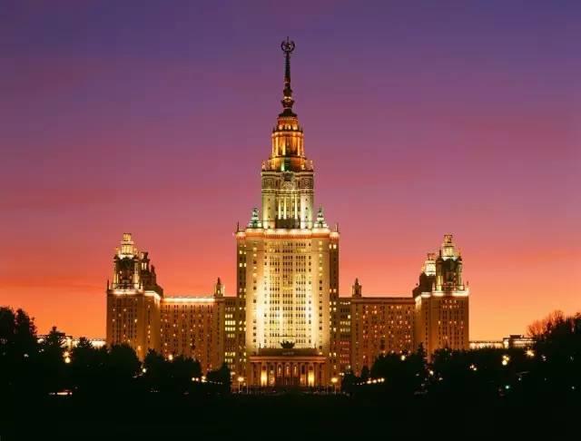 莫 斯 科 大 學。