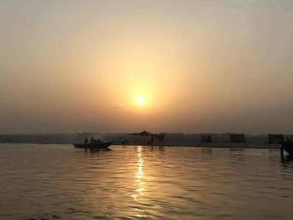 恆 河 日 出 美 景 。