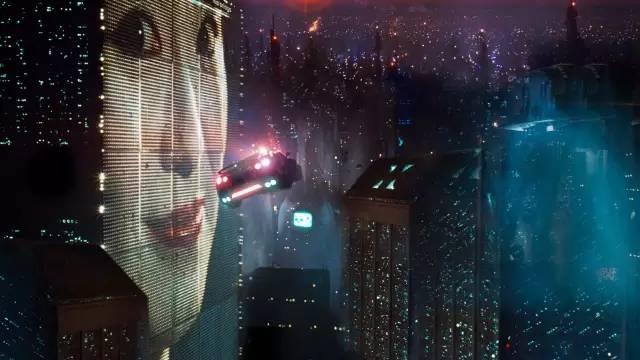 Cyberpunk 電 影 《 銀 翼 殺 手 》 中 , 陰 暗 潮 濕 的 科 技 城 市 。