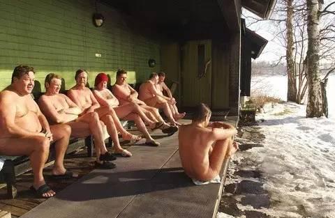 裸 體 芬 蘭 浴 。