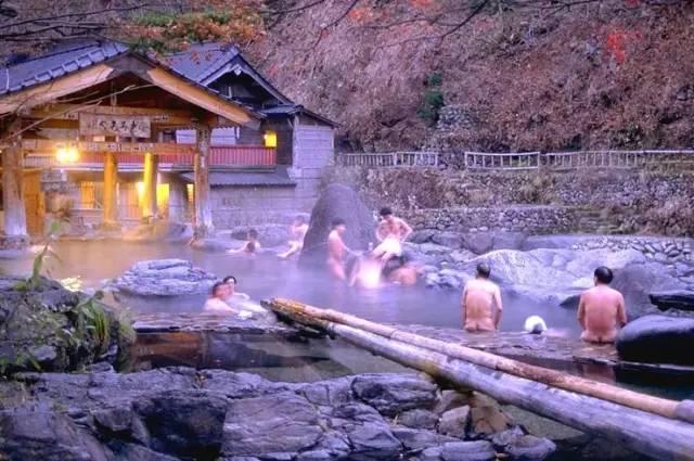 日 本 少 數 的 男 女 混 合 裸 湯 。