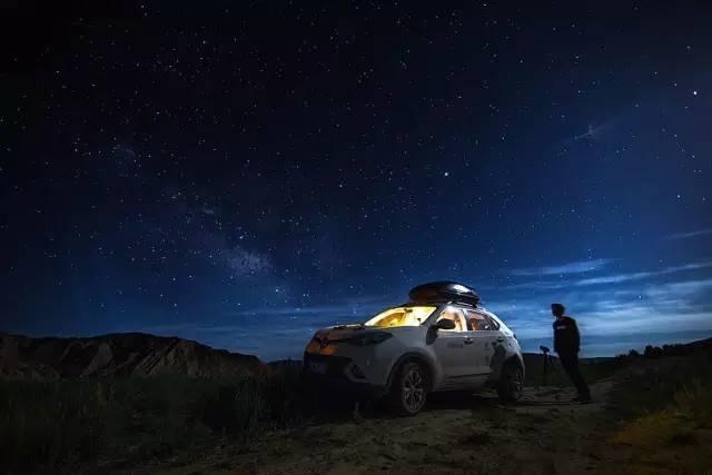△ 露 營 的 晚 上 , 漫 天 繁 星 , 追 星 達 人 就 此 出 動 了 。