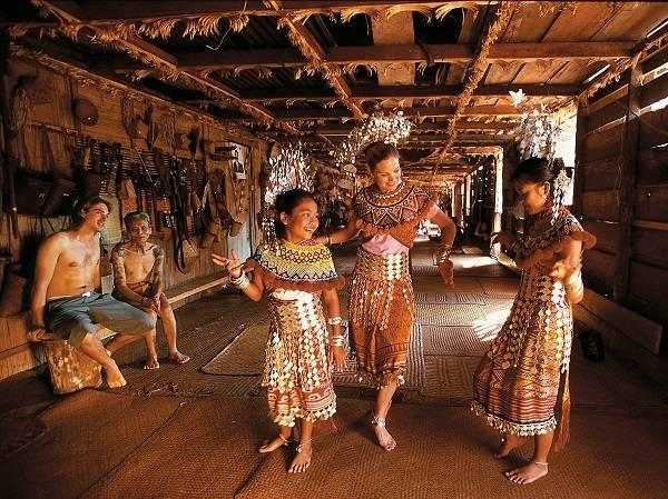 遊 客 學 習 伊 班 族 舞 蹈 | 圖 片 : Tourism Malaysia。
