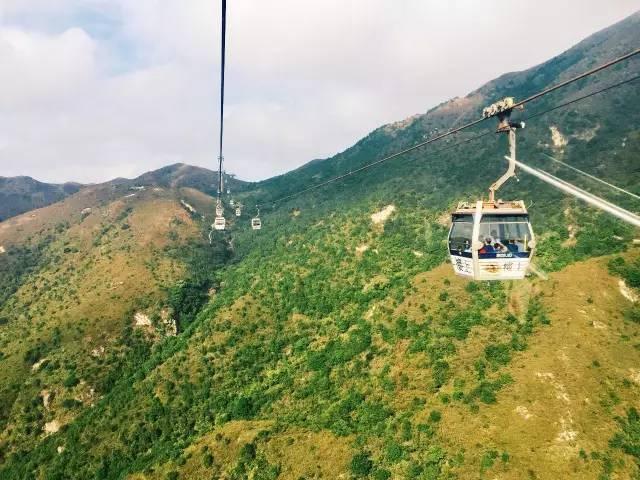 坐 上 纜 車 能 飽 覽 大 嶼 山 樣 貌 。