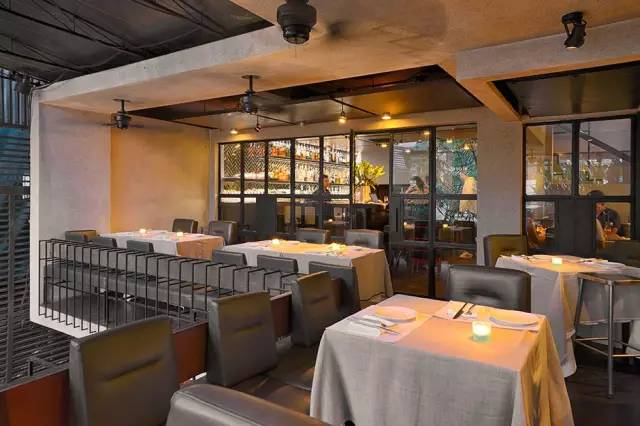 餐 廳 內 明 亮 舒 適 。