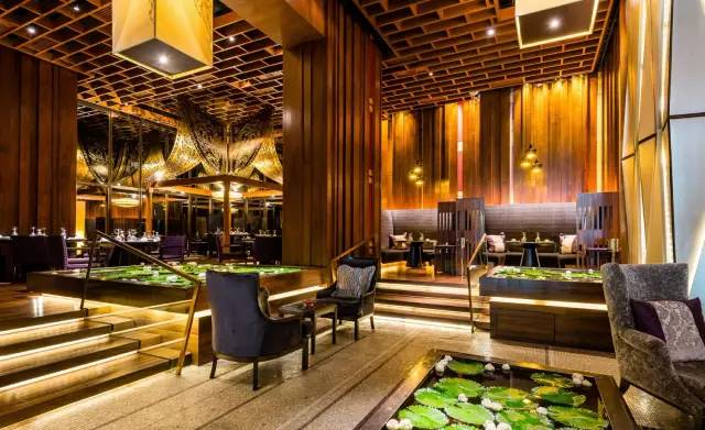 餐 廳 開 在曼 谷 Saim Kempinsky 酒 店 裡 面 , 看 裝 潢 就 知 道 是 走 浮 華 路 線 的 餐 館 。