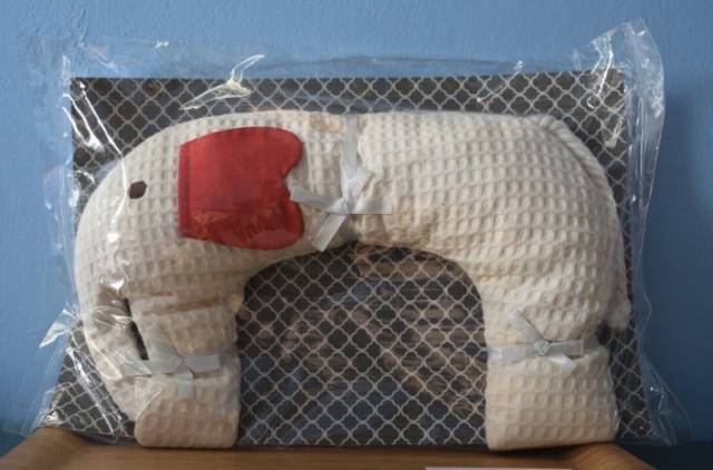 獨 家 商 品 「 大 象 頸 部 熱 敷 枕 」 。