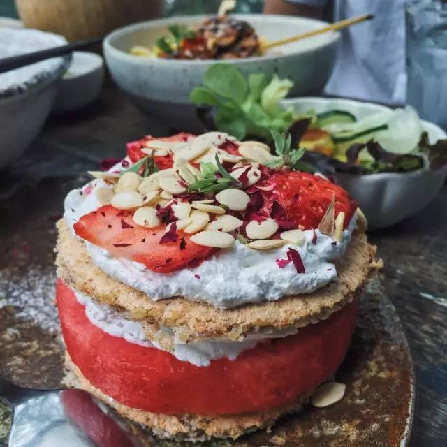 西 瓜 草 莓 蛋 糕 。