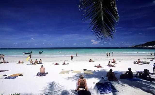 新 月 形 海 灘 , 香 蕉 船 、 衝 浪 、 滑 翔 傘 各 種 水 上 運 動 應 有 盡 有