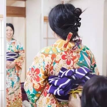 日 本 人 認 為 女 人 的 後 頸 最 有 魅 力 , 盤 高 頭 髮 , 露 出 最 有 魅 力 的 後 頸 吧 !
