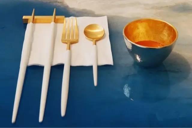 出 自 名 家 之 手 的 餐 具 。