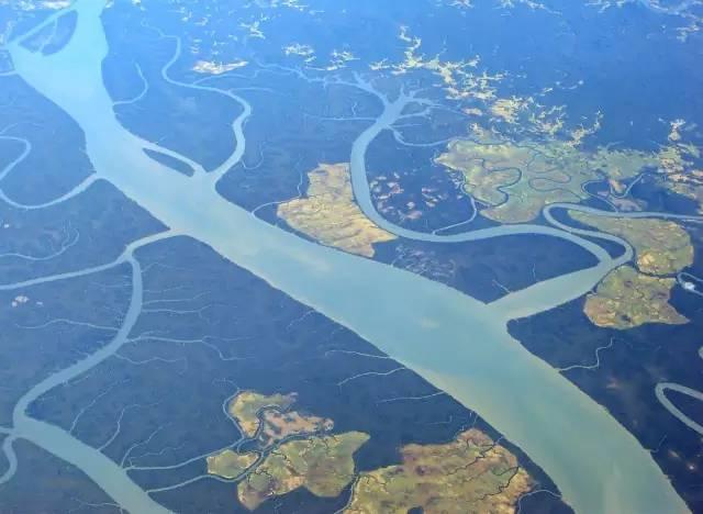 伊 洛 瓦 底 江 。