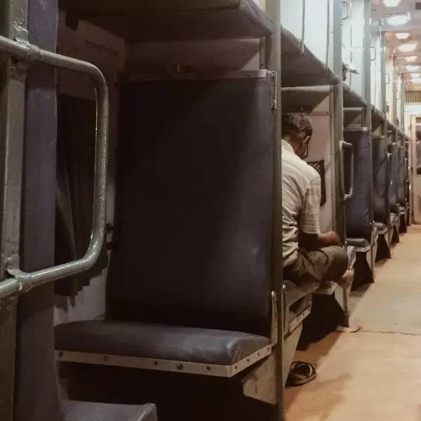 火 車 票 價 便 宜 , 也 不 用 太 期 待 位 置 有 多 好 坐。