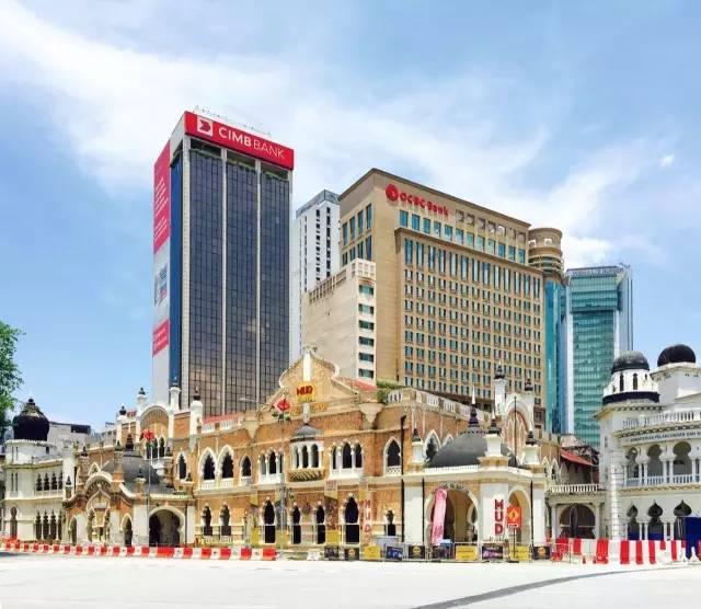 座 落 在 高 樓 大 廈 旁 的 佳 密 清 真 寺 , 就 是 如 此 與 眾 不 同 。
