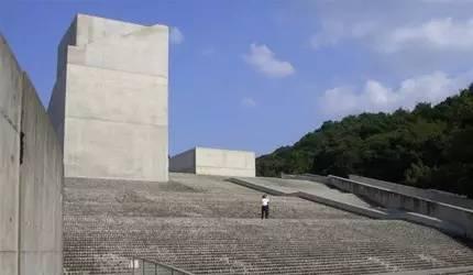 其 實 是 屋 頂 的 大 樓 梯 。