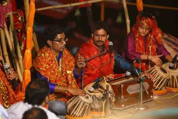 恒 河 祭 祀 表 演 , 大 家 全 都 是 樂 器 大 師。