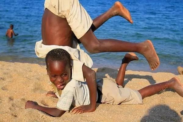 幸福城市 沒 有 過 多 物 質 慾 望 的 馬 拉 威 小 朋 友 , 笑 的 閃 耀 。