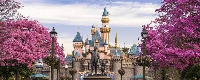 迪 士 尼 公 園 。