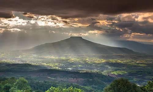 泰國秘境 太 陽 從 烏 雲 隙 縫 中 透 出 , 照 拂 了 大 地