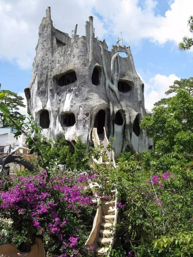 夢幻飯店 旅館外型酷似一棵枯爛樹木。
