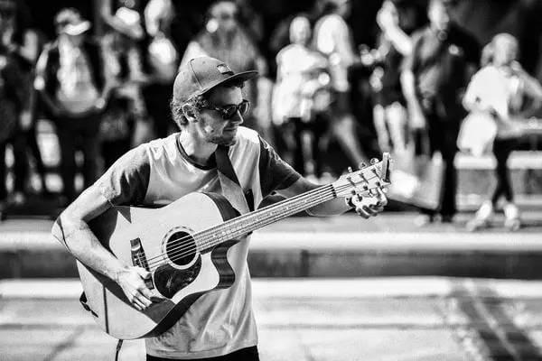 街 頭 藝 人 。