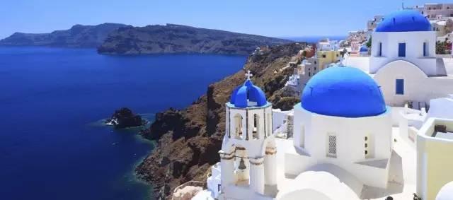 充 滿 藍 與 白 色 系 的 聖 托 里 尼 島 。