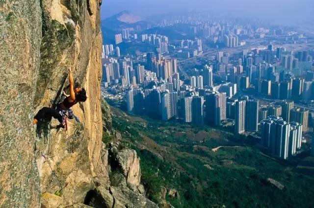 位 於 中 環 的 SOHO Crag , 也 是 不 少 香 港 人 攀 岩 的 好 去 處 。