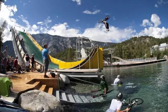 遊 樂 園 旁 就 是 湖 光 山 色 , 邊 玩 還 能 欣 賞 景 色 。