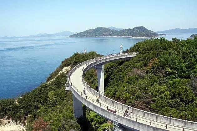 邊 騎 行 邊 欣 賞 自 然 景 觀 。