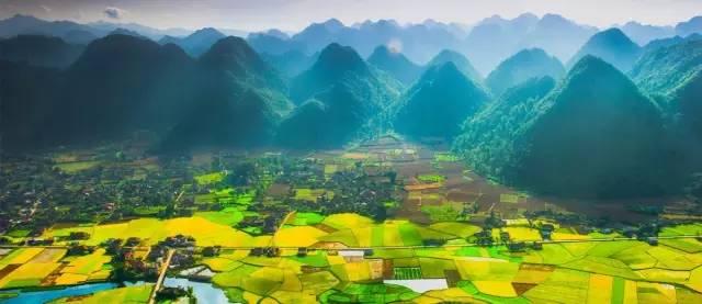 甚 至 能 欣 賞 到 沿 途 成 片 的 稻 田 覆 蓋 山 谷 的 美 景。